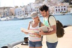 Turyści używa gps i mapę Obrazy Stock