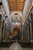 Turyści wśrodku Pisa katedry na piazza (Duomo di Pisa) Obrazy Stock