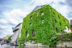 Turyści w łodzi na kanale zakrywających w liściach dziejowym budynku i, Cambridge, Anglia, 21st Maj 2017 zdjęcia royalty free