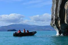 Turyści w łodzi przed Capillas De MÃ ¡ rmol rockowymi formacjami, Chile fotografia royalty free