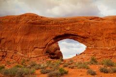 Turyści w łuku parku narodowym - HDR wizerunek Fotografia Stock