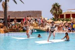 Turyści w animacja turniejowym programie na wakacje Fotografia Stock