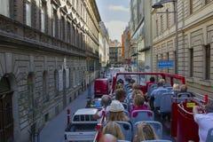 Turyści w autobusu piętrowego autobusu chmielu jadą przez ulic Budapest Zdjęcie Royalty Free