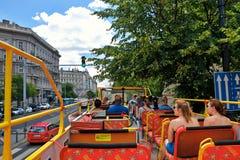 Turyści w autobusu piętrowego autobusu chmielu jadą przez ulic Budapest Zdjęcia Stock