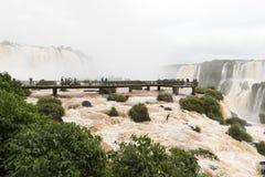 Turyści w footbridge przy iguazu spadają veiw od Brazil obrazy royalty free