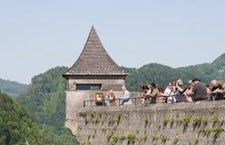 Turyści w fortecznym Hohensalzburg fotografia royalty free
