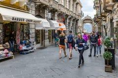 Turyści w głównej ulicie Corso Umberto Taormina, Włochy zdjęcie stock