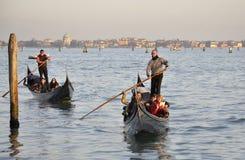 Turyści w gondoli przy Wenecja Zdjęcie Stock
