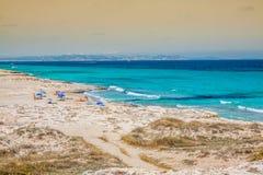 Turyści w Illetes wyrzucać na brzeg Formentera wyspę, morze śródziemnomorskie, Zdjęcia Stock