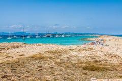 Turyści w Illetes wyrzucać na brzeg Formentera wyspę, morze śródziemnomorskie, Fotografia Royalty Free