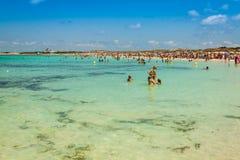 Turyści w Illetes wyrzucać na brzeg Formentera wyspę, morze śródziemnomorskie, Obrazy Royalty Free