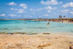 Turyści w Illetes wyrzucać na brzeg Formentera wyspę, morze śródziemnomorskie, Zdjęcie Royalty Free