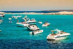 Turyści w Illetes wyrzucać na brzeg Formentera wyspę, morze śródziemnomorskie, Obraz Royalty Free
