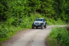 Turyści w jeap na safari objeżdżają w kanadyjskich Skalistych górach obraz royalty free