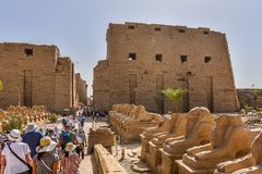 Turyści w karnak świątyni ponowny obraz royalty free