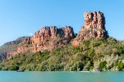 Turyści w Nadmuchiwanych Gumowych łodziach pływa statkiem Porosis zatoczkę, Kimberley wybrzeże, Australia zdjęcie stock