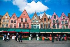 Turyści w północnej stronie Grote Markt - Targowy kwadrat Bruges, Belgia Zdjęcie Royalty Free