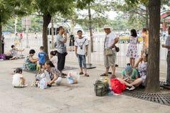 Turyści w Pekin turystyce odpoczywają obok drogi Obraz Royalty Free