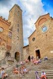 Turyści w piazza Del Duomo przy średniowiecznym miasteczkiem San Gimignano, Zdjęcia Royalty Free