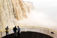 Turyści w platformie przy iguazu spadają veiw od Brazil obrazy royalty free