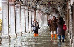Turyści w San Marco obciosują z przypływem, Wenecja, Włochy Fotografia Stock