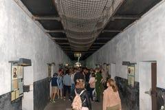 Turyści w więźniarskim budynku Obrazy Stock