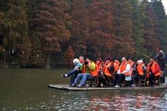 Turyści w wodnym lesie Zdjęcia Royalty Free