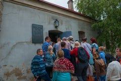 Turyści wchodzić do budynek więzienie Obrazy Royalty Free