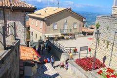 Turyści widzią widoki San Marino Fotografia Stock