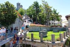 Turyści widzią widoki San Marino Zdjęcie Stock