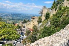 Turyści widzią widoki San Marino Obrazy Stock