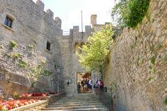 Turyści widzią widoki San Marino Zdjęcia Royalty Free