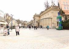 Turyści wokoło Młyńskiej kolumnady Karlovy Zmieniają Zdjęcie Royalty Free