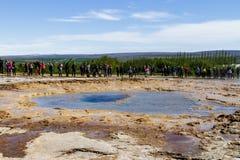 Turyści wokoło spokojnego gejzeru Złoty pierścionek w Iceland 11 06,2017 Obraz Royalty Free
