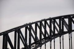 Turyści wspinają się do wierzchołka Sydney schronienia most Zdjęcie Stock