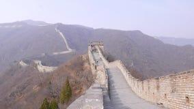Turyści wspinają się na wieży obserwacyjnej na wielkim murze Chiny zbiory wideo