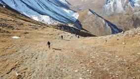 Turyści wspinają się zbocze góry Wspinać się szczyt fotografia royalty free