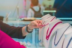 Turyści wybierają kupować biżuterię od gemstones obrazy stock