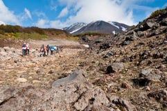 Turyści wycieczkuje przy Dzenzur wulkanem, Nalychevo natury park, Kamchatka Krai, Rosja obraz royalty free