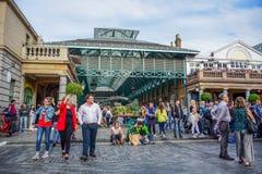 Turyści wydaje ich czas przy Covent Garden rynkiem w Londyn, Zjednoczone Królestwo zdjęcie royalty free