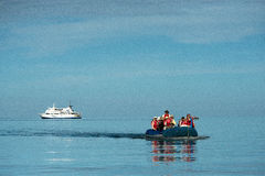 Turyści wyokrętuje od statku, Galapagos wyspy Zdjęcie Stock