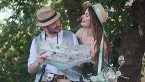Turyści z mapą miasto w ich rękach potomstwo pary podróżnicy na wycieczce zdjęcie wideo