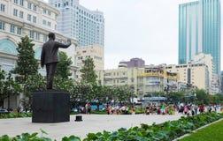 Turyści zbierają outside przy zabytkiem prezydenta Chi Minh statua ho Zdjęcie Stock