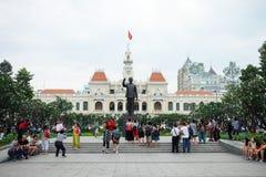 Turyści zbierają outside przy zabytkiem prezydenta Chi Minh statua ho Zdjęcie Royalty Free