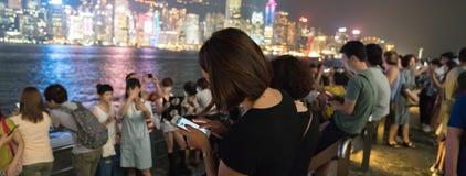 Turyści zbierają wzdłuż spaceru od gwiazd przeglądać selfie V i brać Fotografia Royalty Free