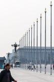Turyści zbliżają flagpoles na plac tiananmen Zdjęcie Royalty Free