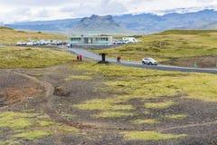 Turyści zbliżają samochodowego parking teren w Vik wiosce Fotografia Stock