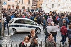 Turyści zbliżają Trevi fontannę, ikonowy symbol Rzym Obraz Royalty Free