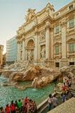 Turyści zbliżają Trevi fontannę w Rzym w Włochy Obrazy Royalty Free