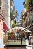 Turyści zbliżają uliczną restaurację i kościół Obrazy Royalty Free
